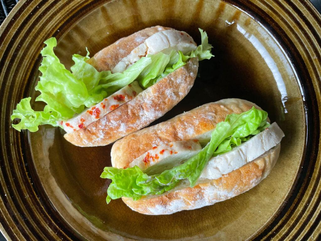 自家製鶏ハムと採れたてレタス挟んでサンドイッチ