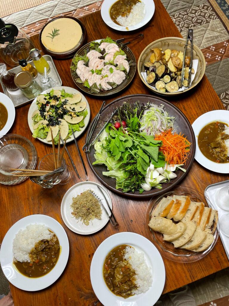 手作り料理が並ぶ食卓