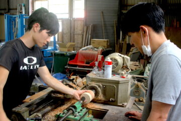 木工旋盤を習う若手職人